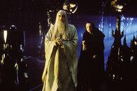 Isengart wird gestürmt - Saruman (Christopher Lee, l.) und Grima Wormtongue (Brad Dourif, r.) können jedoch in Sarumans Turm Orthanc flüchten ...