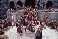 Auf Helms Klamm bereiten sich die Bewohner auf die große Schlacht vor. Gandalf ahnt jedoch, dass die Burg dem Angriff nicht standthalten kann ...