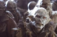 Sauron lässt ein riesengroßes Heer von Orks und Uruk-Hai entstehen, die den Kampf gegen die Gefährten aufnehmen sollen ...