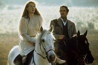 Die Zuneigung von Esteban Trueba (Jeremy Irons) zu seiner Frau Clara (Meryl Streep) ist von Beginn an durch Hartherzigkeit geprägt.