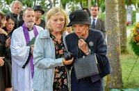Die beiden Jugendfreundinnen Helga (Jutta Speidel, li.) und Maria (Uschi Glas) treffen sich durch Zufall auf dem Friedhof wieder.