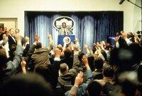 In einer Pressekonferenz verkündet US-Präsident Tom Beck (Morgan Freeman), dass sich ein riesiger Komet auf Kollisionskurs zur Erde befindet.