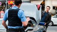 Drogenfahnder Daniel Peters (Arnd Klawitter, r.) versichert sich in einer Drogenkontrolle, dass der Wagenbesitzer abgelenkt ist, bevor er ihm Drogen unterjubelt.