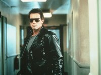 Der Terminator (Arnold Schwarzenegger) ist hinter Sarah Connor her, um sie zu t^ten..