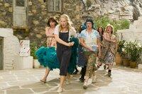 Auch das liebe Geld - oder sein Fehlen - kann Anlass zum Tanzen sein: Donna (Meryl Streep, M.), Tanya (Christine Baranski, l.) und Rosie (Julie Walters, r.).