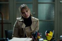 Siv (Ingrid Olava) beauftragt Varg mit der Suche nach ihrer verschwundenen Schwester Maggie