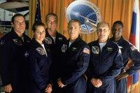 """Der US-Präsident beauftragt das Team (v.l.) Gus Partenza (Jon Favreau), eine Astronautin (Darsteller nicht zu ermitteln), Mikhail Tulchinsky (Aleksandr Baluev), Oren Monash (Ron Eldard), Capt. Tanner (Robert Duvall) und  ein Astronaut (Darsteller nicht zu ermitteln) des Raumschiffs """"Messiah"""", den gewaltigen Kometen an der Erde vorbeizulenken."""