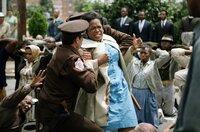 Bei einer friedlichen Demonstration kommt es zwischen der Demonstrantin Annie Lee Cooper (Oprah Winfrey) und mehreren Polizisten zu einer handgreiflichen Auseinandersetzung.