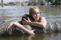 Maria (Naomi Watts) kämpft gemeinsam mit Sohn Lucas (Tom Holland) ums nackte Überleben.