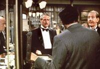 Der Ganove Henry Gondorff (Paul Newman, l) hat den Gangster Doyle Lonnegan (Robert Shaw, vorne) erfolgreich in den falschen Buchmacherladen gelockt.