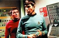 Spock (Leonard Nimoy, r.)