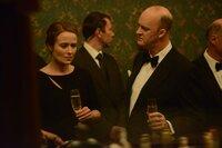Die MI5-Chefs Oliver Mace (Tim McInnerny) und Geraldine Maltby (Jennifer Ehle) überlegen gemeinsam, wie sie den auf eigene Faust ermittelnden Harry stoppen können.