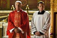 Cardinal Strauss (Armin Mueller-Stahl, l.), Camerlengo Patrick McKenna (Ewan McGregor, r.)