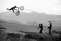 """""""Where The Trail Ends"""" begleitet die weltbesten Freerider wie Darren Berrecloth, Cameron Zink, Kurt Sorge, James Doerfling und Andreu Lacondeguy auf ihren Erkundungstouren an die atemberaubendsten und entlegensten Gebiete der Welt ..."""