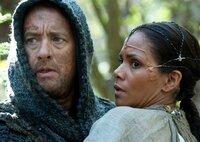 Der Ziegenhirte Zachry (Tom Hanks) rettet Meronym (Halle Berry) das Leben.