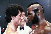 Rocky Balboa (Sylvester Stallone, l.) hat es zu Wohlstand gebracht. Er lebt mit Frau und Kind in geordneten Verhältnissen und verteidigt seinen Titel seit zehn Jahren ungeschlagen. Doch mit der Ruhe ist es vorbei, als der großmäulige Clubber Lang  (Mr. T) ihn mit wohlgesetzten Beleidigungen zum Titelkampf herausfordert.