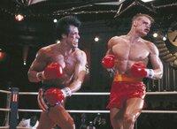 Obwohl es zunächst so ausgesehen hat, als sei Rocky (Sylvester Stallone, li.) gegen Drago (Dolph Lundgren) der Unterlegene im Ring, gibt er nicht auf und mobilisiert seine letzten Kräfte...