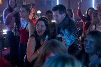 Laura Seifert (Susan Hoecke) feiert ihren Junggesellenabschied. Alex (Jan Hartmann) ist mitten drin, umgeben von lauter hysterischen Frauen.