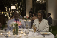 Eigentlich sollten Earl (John Amos, l.) und Lois (Carol Sutton, r.) überaus glücklich sein, denn ihre Tochter will heiraten. Doch dann wird die Braut entführt ...