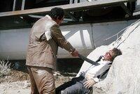 Der Drogenbaron Franz Sanchez (Robert Davi, l.) lässt James Bonds (Timothy Dalton) besten Freund und frisch angetraute Ehefrau kaltblütig ermorden. Bond schwört auf Rache und begibt sich auf eine gefährliche Mission...