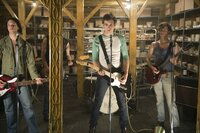in der Mitte: James Jagger als Kip Stevens