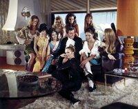 James Bond (George Lazenby) inmitten von Frauen.