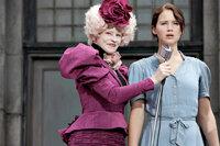 Kaum in der Arena angekommen, wird Katniss (Jennifer Lawrence, r.) von ihrer Betreuerin Effie Trinket (Elizabth Banks, l.) auf die Bühne gezogen. Voller Entsetzen muss sie dort feststellen, dass ihr Leben in der Hand eines eiskalten Publikums liegt ...