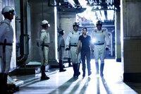 Alljährlich werden in der Nation Panem je ein Junge und ein Mädchen aus den zwölf Bezirken auserkoren, um bei den Hungerspielen gegeneinander anzutreten. Bei dem mörderischen Überlebenskampf tritt dieses Jahr auch die 16-jährige Katniss (Jennifer Lawrence, 2.v.r.) an ...