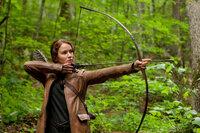 Im Gegensatz zu Peeta ist Katniss (Jennifer Lawrence) eine hervorragende Bogenschützin und eine gute Jägerin. Wird ihr dies zugutekommen in dem mörderischen Überlebenskampf der Hungerspiele ...