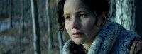 Überall und immer wieder überfallen Katniss (Jennifer Lawrence) schreckliche Alpträume, die ihren Ursprung in den Hungerspielen haben. Da erfährt sie, dass Präsident Snow die diesjährigen Spiele erneut mit ihr und Peeta bestreiten will ...