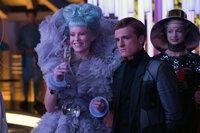 Stolz präsentiert Effie (Elizabeth Banks, l.) auf dem Empfang in der Hauptstadt ihren Gewinner Peeta (Josh Hutcherson, M.). Doch ihr Glücksgefühl wird ihr schon bald genommen ...