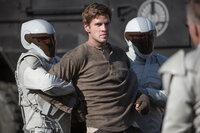 Noch kann Katniss ihren Freund, den Minenarbeiter Gale (Liam Hemsworth, M.), nicht dazu überreden, ein Leben im Widerstand zu beginnen ...