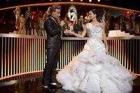 Moderator Caesar Flickerman (Stanley Tucci, l.) ahnt nicht, dass sich unter Katniss' (Jennifer Lawrence, r.) Brautkleid, das sie auf Snows Befehl hin trägt, ein schwarzes Spotttölpel-Kostüm versteckt ...