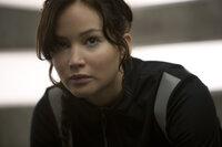 Nachdem Katniss (Jennifer Lawrence) und Peeta die Hungerspiele gemeinsam überlebt haben, sieht ihre Zukunft zunächst sehr rosig aus. Doch dann müssen beide erneut in der Arena bei einem Kampf auf Leben und Tod mitmachen ...