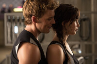 Noch ahnt Katniss (Jennifer Lawrence, r.) nicht, dass Finnick (Sam Claflin, l.) einen außergewöhnlichen Plan verfolgt ...