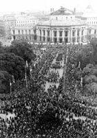 Menschenmenge am Rathausplatz bei der Freiheitskundgebung der SPÖ.
