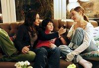 Julie (Paula Schramm, r.) und Moritz (Jean-Luca Classen) bewundern die neueste Erfindung ihrer Mutter Alexandra (Simone Thomalla).