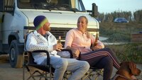 """Michelle Korpack (26) und Stehpan Krusch (35) sind seit vier Jahren ein Paar und schon durch dick und dünn gegangen. Jetzt wollen sie ein kleines Ferienhäuschen im Surfer-Paradies Portugal finden und begeben sich in ihrem Wohnmobil """"Jürgen"""" auf einen Roadtrip, um mehrere Immobilien zu besichtigen."""