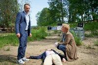 Marie Brand (Mariele Millowitsch) untersucht die Leiche von Malte Angersbach (Jan Niklas Berg, M. liegend). Jürgen Simmel (Hinnerk Schönemann, l.) ist schockiert. Er kannte den Toten.