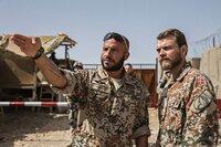 Kommandant Claus Michael Pedersen (Pilou Asbæk, rechts) lässt sich von einem Soldaten (Dar Salim) die Lage erklären. Für sein menschliches Verhalten wird er von allen respektiert.