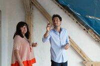 Stefan (Oliver Mommsen) ist fest entschlossen, seine skeptische Mutter Renate (Gundi Ellert) von der Investition in das vermeintliche Traumhaus zu überzeugen.