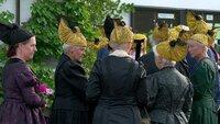 Fronleichnamsprozession Damen mit traditionellen Goldhauben.