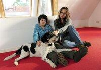 Alexandra (Simone Thomalla) tröstet ihren Sohn Moritz (Jean-Luca Classen), der seinen geliebten Hund bald abgeben muss.