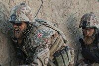 Kommandant Pedersen (Pilou Asbæk, links) gerät mit seinen Männern in einen lebensgefährlichen Hinterhalt der Taliban.