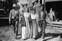 Ex-Sheriff und Kopfgeldjäger Morgan (Henry Fonda, li.) kommt mit der Witwe Nona (Betsy Palmer, 2.v.l.) zusammen. Und auch Bens Geliebte Millie (Mary Webster, 2.v.r.) lässt sich davon überzeugen, dass Ben (Anthony Perkins, re.) weiterhin Sheriff bleibt.