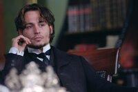 """Inspector Frederick Abberline (Johnny Depp) wird in seinen Ermittlungen gegen """"Jack the Ripper"""" von seinem Vorgesetzten, Sir Charles Warren, behindert. Dieser ist Mitglied bei den """"Freimaurern"""" und versucht etwas zu vertuschen ..."""