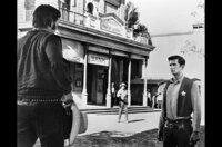 Ben (Anthony Perkins, re.) muss Bart Bogardus (Neville Brand, li.) die Stirn bieten. Doch der lässt sich nicht so schnell einschüchtern, denn er würde selbst gerne den Sheriffstern tragen.