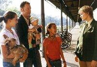 """Die drei Ausreißer Laura (Nina Szeterlak, links), Jesus (Toni Henschelmann, 3. von links) und Tini (Ginger Wensky, Mitte) sagen ihrer """"Ersatzmutter"""" Lena (Sonsee Neu, rechts) gehörig die Meinung."""