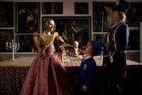 Herzogin Wilhelmine (Inga Busch) hat Zwerg Nase (Michael Markfort, Mitte) wegen einer misslungenen Pastete rufen lassen.