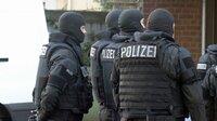 Das Hamburger SEK bereitet einen Zugriff vor. Der Verdächtige ist von Neubrandenburg in die Hansestadt geflüchtet und versteckt sich bei Bekannten. Weitere Fotos auf Anfrage.